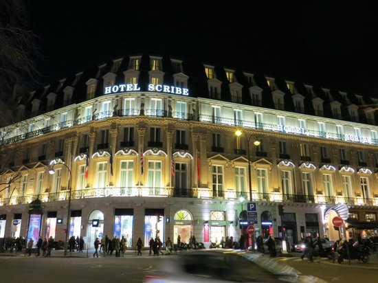 Hôtel Scribe Paris Opéra by Sofitel: A view of the Hotel at night