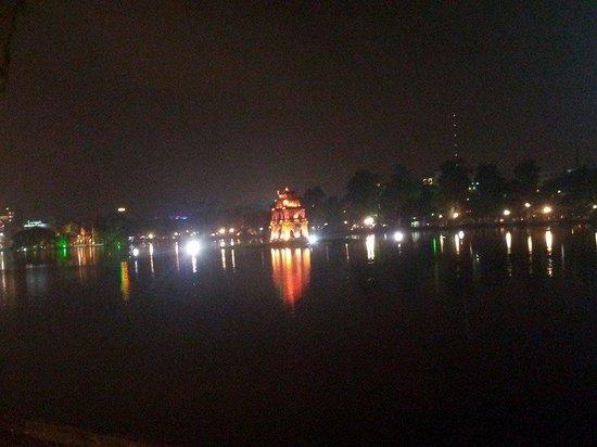 Thap Rua Tower: Hoan Kiem lake at night