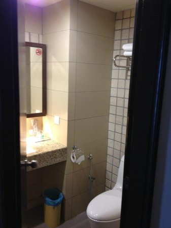 Swan Garden Hotel: Toilet Picture