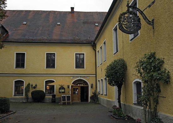 Klostergasthof Raitenhaslach: Entrance to the restaurant and hotel