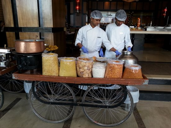 Renaissance Mumbai Convention Centre Hotel : street food