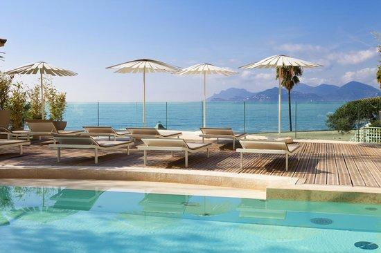 Thermes Marins de Cannes: Piscine intérieure extérieure vue mer