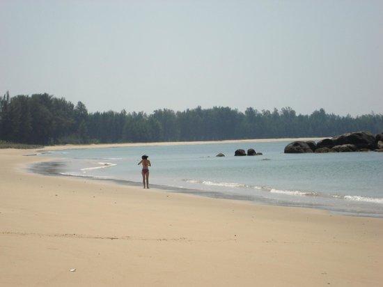 Khaolak Merlin Resort: deserted beach just to the left of Merlin