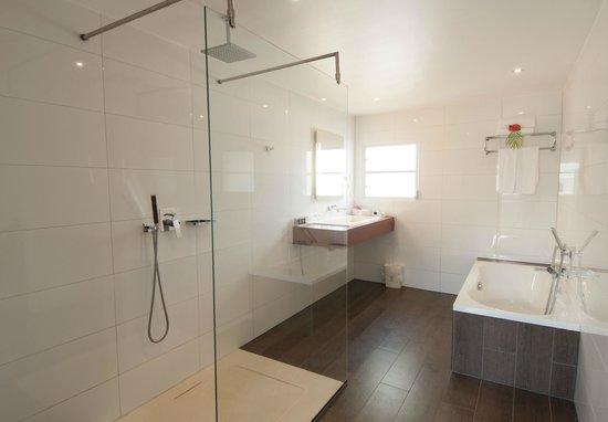 Nieuwe badkamer met inloopdouche - Foto van Plaza Resort Bonaire ...