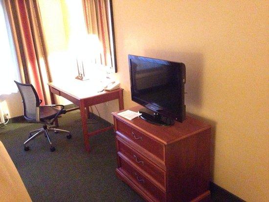Holiday Inn Express Tehachapi Hwy 58/Mill Street: Tv/ dresser and work desk