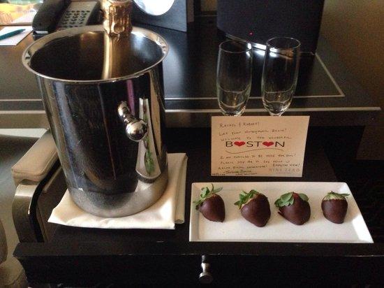 Kimpton Nine Zero Hotel: Nice treat left to welcome us to the room!