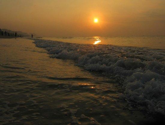 Palm Beach Resort & Spa Sanya : Восход на пляже