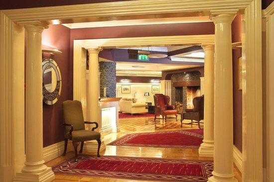 Castle Hotel and Leisure Centre: Hotel Lobby