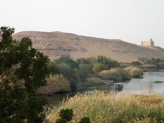 LTI - Pyramisa Isis Island Resort & Spa : Vue prise du balcon, sur le désert et le mausolée de l'Aga Khan