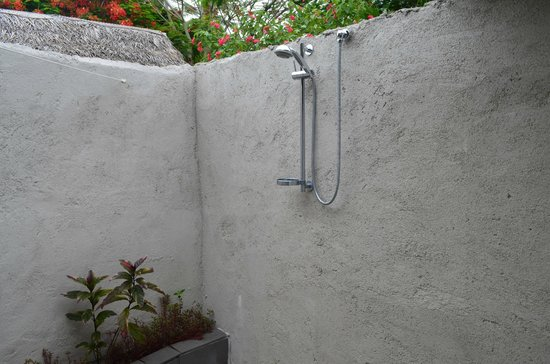 Manuia Beach Resort: outside shower