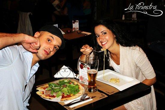 Amigos Italianos disfrutando de nuestras pizzas y pastas en la Finestra