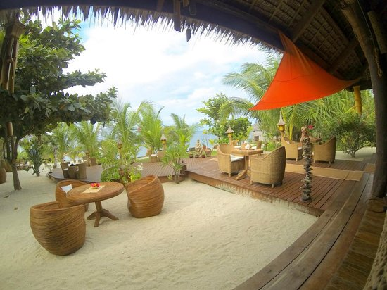 U-Story Guesthouse : dining room and view of the path leading to the beach