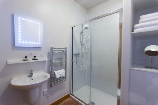 The Salmon Inn: Large Bathrooms