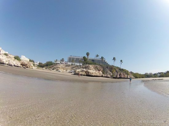 Crowne Plaza Muscat: Hotel view from the beach