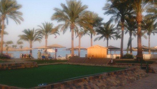 Mövenpick Resort Hurghada: Вид на море от бассейна
