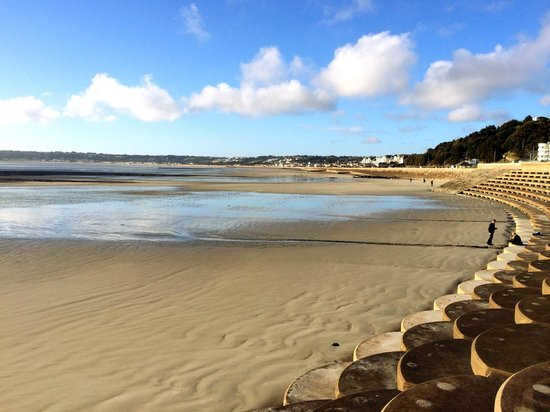 Grand Jersey: Beach opposite hotel