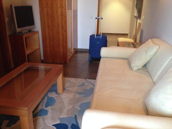 Hotel Bonalba Alicante: SALON EN LA HABITACIÓN