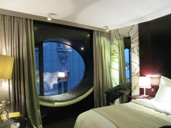 Hotel Topazz: Room with oval window