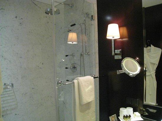 Hotel Topazz: Bathroom with walk-in shower