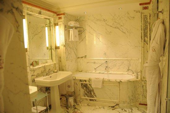 Le Meurice : Bathroom of our Junior Suite