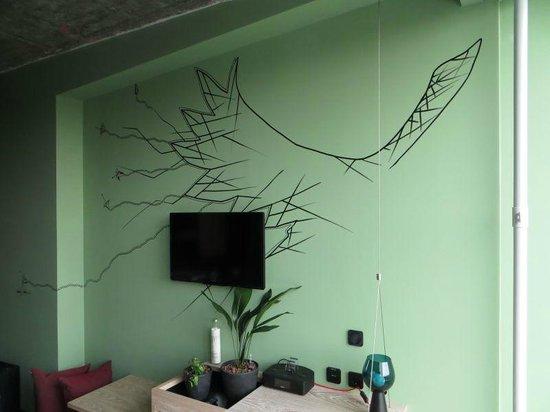 25hours Hotel Bikini Berlin : Nice wall paintings in hotel room