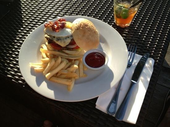 Boardwalk Restaurant & Lounge : sunset burger and drink for under 12 USD.