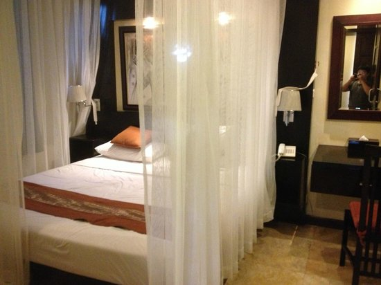 Anini Raka Resort & Spa : bed with mosquito net