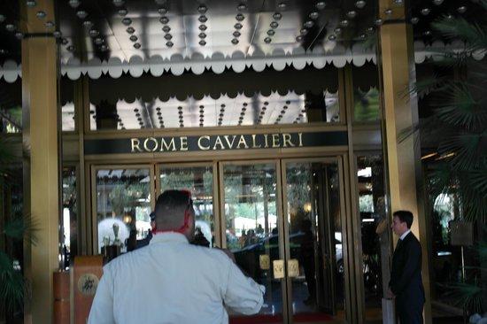 Rome Cavalieri, Waldorf Astoria Hotels & Resorts: Entrance