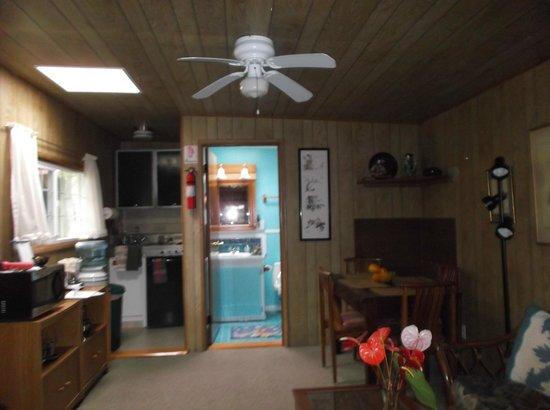Aloha Happy Place: Vista del soggiorno, cucina e stanza da bagno