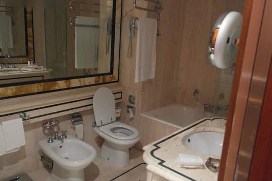 Rome Cavalieri, Waldorf Astoria Hotels & Resorts: Bathroom