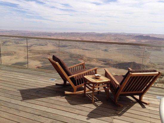 Beresheet: Bar terrace over the crater