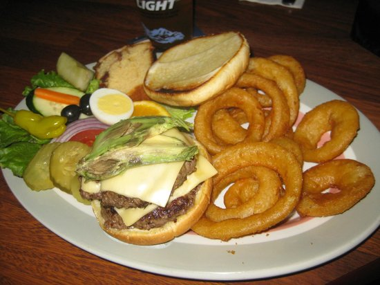 Airport Inn: Beef Burger with onion rings and many other delicious additions