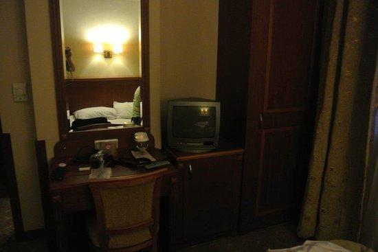 Grand Yavuz Hotel: Mini Télé (en panne)