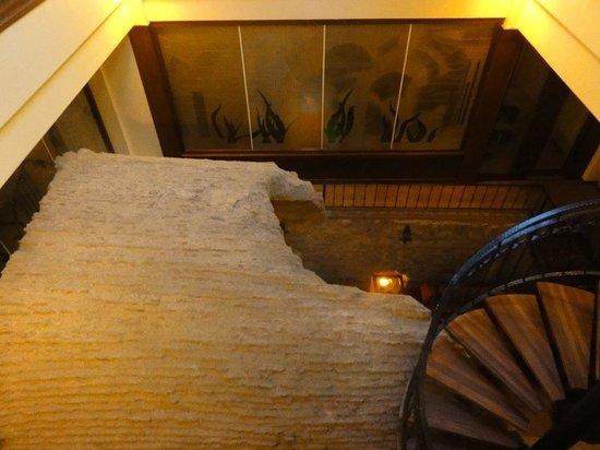 Grand Yavuz Hotel: Vestiges restaurés dans la salle du petit-déjeuner