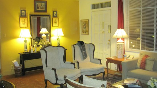 Villa Royale Inn: Living area in our suite