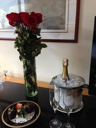 Eurobuilding Hotel and Suites Caracas: Champaña helada y ramo de rosas