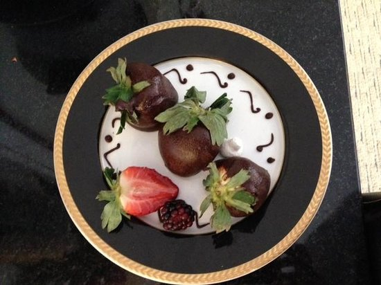 Eurobuilding Hotel and Suites Caracas: Fresas cubiertas con chocolate