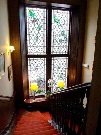 Knockendarroch Hotel & Restaurant: lovely stain glass on 1st floor landing
