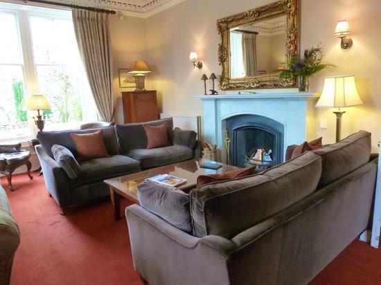 Knockendarroch Hotel & Restaurant: Lounge with open log fire