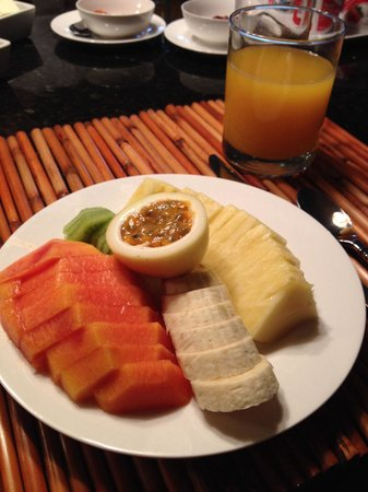 Ohi'a Park Estate: Perfectly sliced up fruit every morning for breakfast!