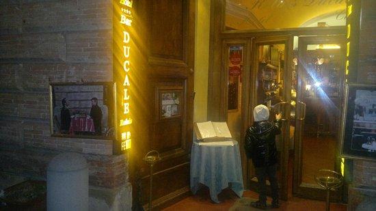 Relais Ducale Hotel : Ingresso al bar sulla strada principale centro storico