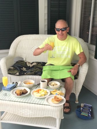 The Conch House Heritage Inn: Breakfast mimosa on the back porch near pool