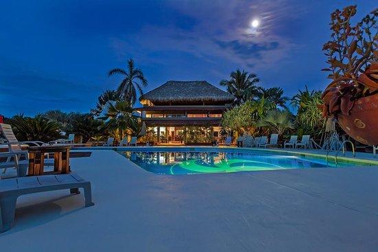 Majahua Palms: Hotel at night