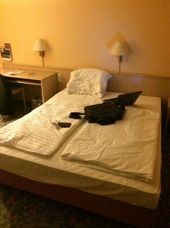 AMBER HOTEL Leonberg/Stuttgart: nice double bed