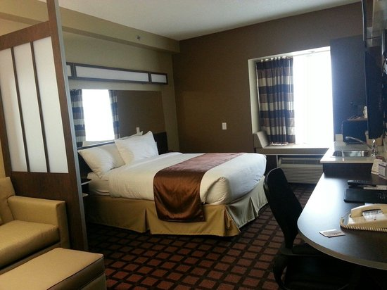 Microtel Inn & Suites by Wyndham Timmins : Room 108 bed