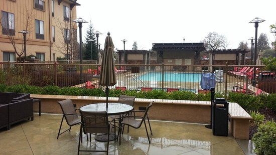 Hampton Inn & Suites Windsor - Sonoma Wine Country : Pool and Patio area out back