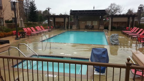 Hampton Inn & Suites Windsor - Sonoma Wine Country : Pool and Hot Tub out back