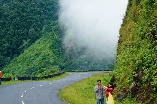 Mawlynnong Waterfall: Shillong-Mawlynnong hilly way with hide and seek clouds