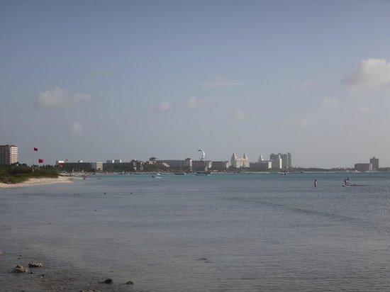 Malmok Beach: Playa Malmok con Palm Beach a lo lejos