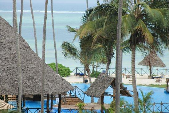 Ocean Paradise Resort & Spa: pool området med strande i bagrunden